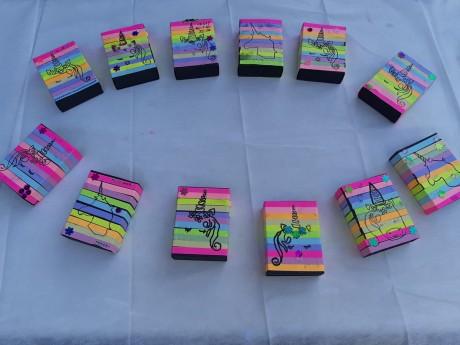 קופסא עם מגירה בעיצוב חד קרן בתוכה צורות מדליקות של מחוררי צורות